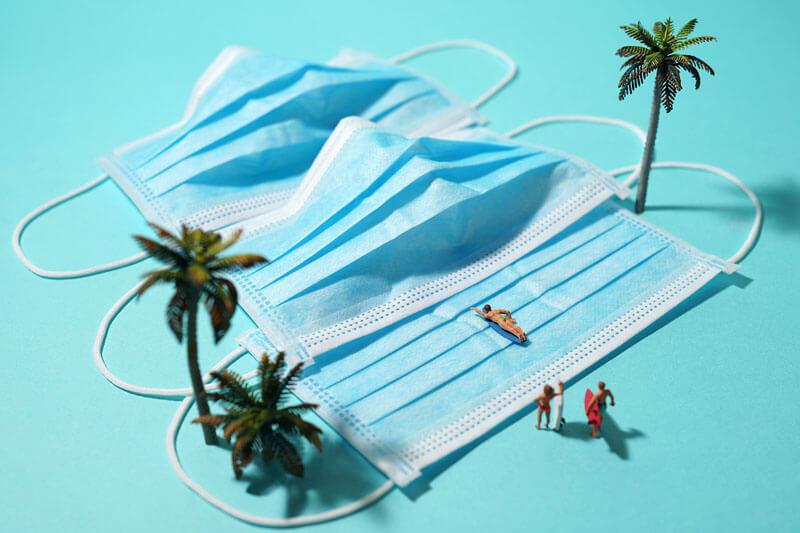 Máscaras, papel higiênico e termômetros se transformam em aventura ao ar livre em miniatura