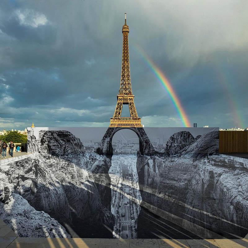 Artista francês JR instalou uma ilusão de desfiladeiro sob a Torre Eiffel